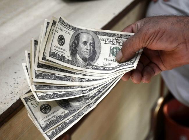 Dólar retrocede, se vende en 19.35 pesos en bancos