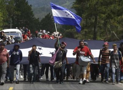 Inicia caravana de hondureños hacia EUA, detienen a supuesto organizador