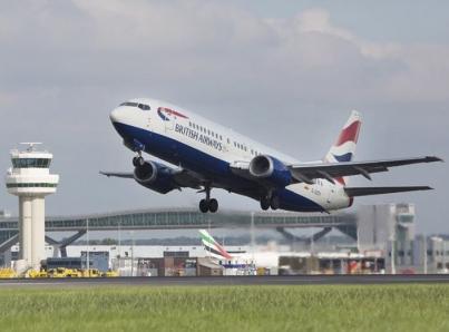 Policía indaga posible relación entre drones en aeropuertos londinenses