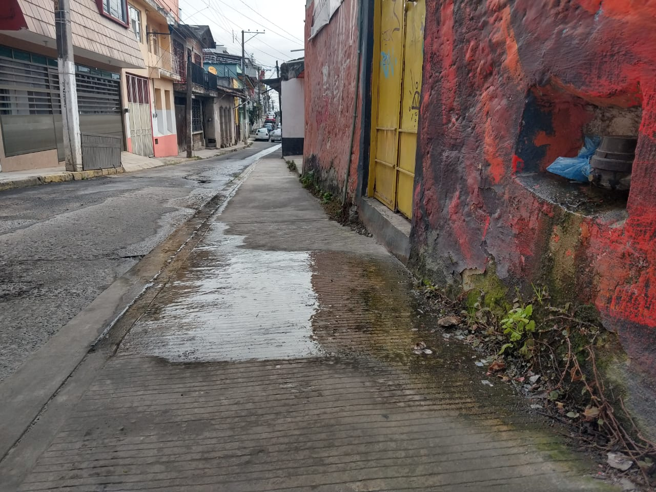 Reportan fuga de agua en Aldama