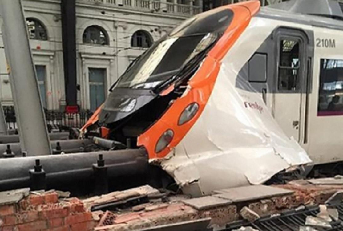 Choque de dos trenes en Barcelona deja un muerto y decenas de heridos