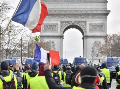 """Movilización de """"chalecos amarillos"""" inicia con violencia en París"""