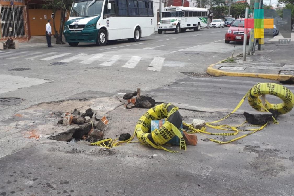Vecinos solicitan reparen hundimiento en calle de Veracruz