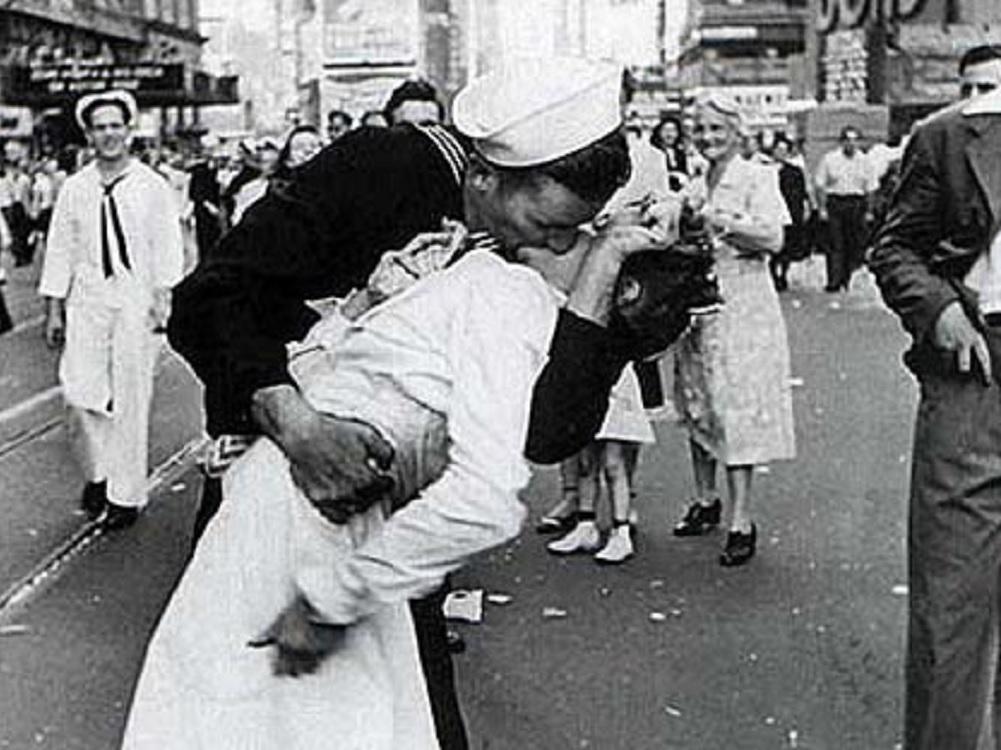 Muere marinero de famosa foto besando a enfermera en Time Square 1945