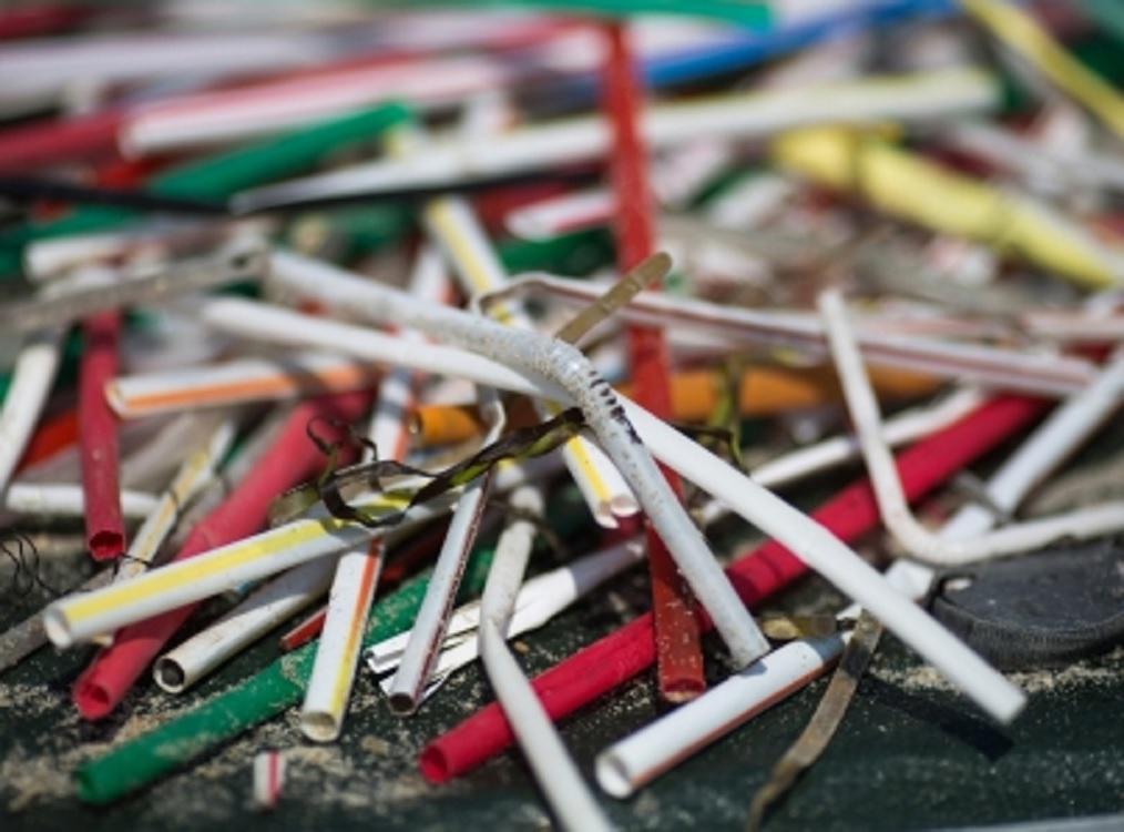 Gobierno japonés deja de usar popotes y cubiertos de plástico