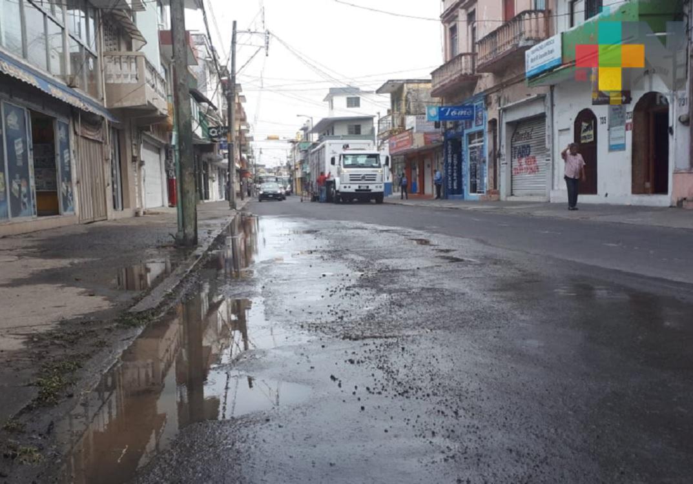Reportan fuga de agua en calle de Veracruz Puerto