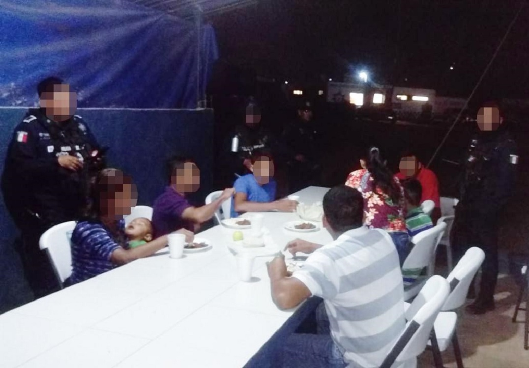 Rescatan a 16 migrantes tras accidente automovilístico en tramo carretero Moloacán-Cuichapa
