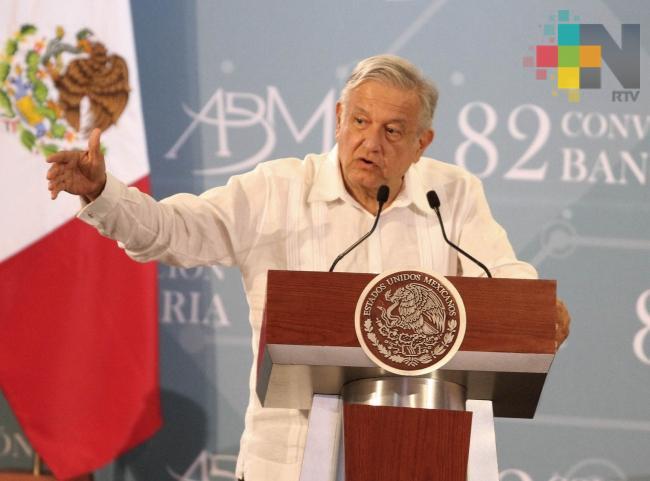 Bancos pueden bajar comisiones sin leyes, asegura López Obrador