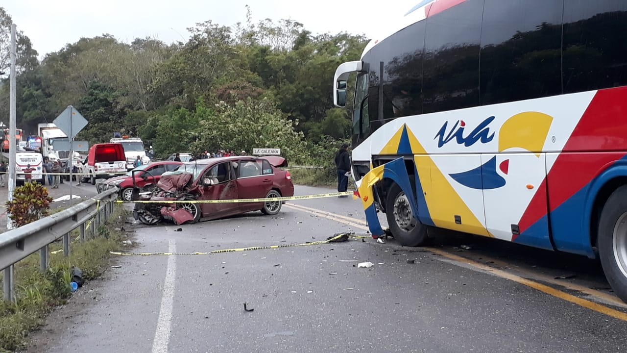 Trágico choque entre autobús de pasajeros y auto particular en Gutiérrez Zamora