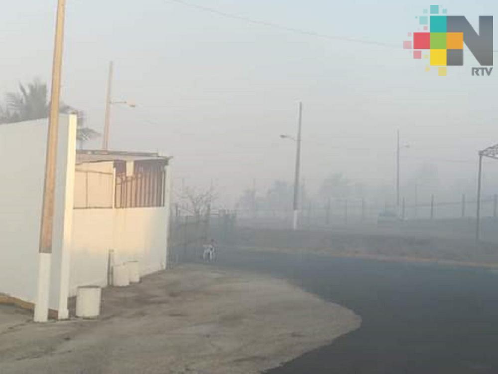 Incendio en pastizales de Coatzacoalcos provoca cortina de humo