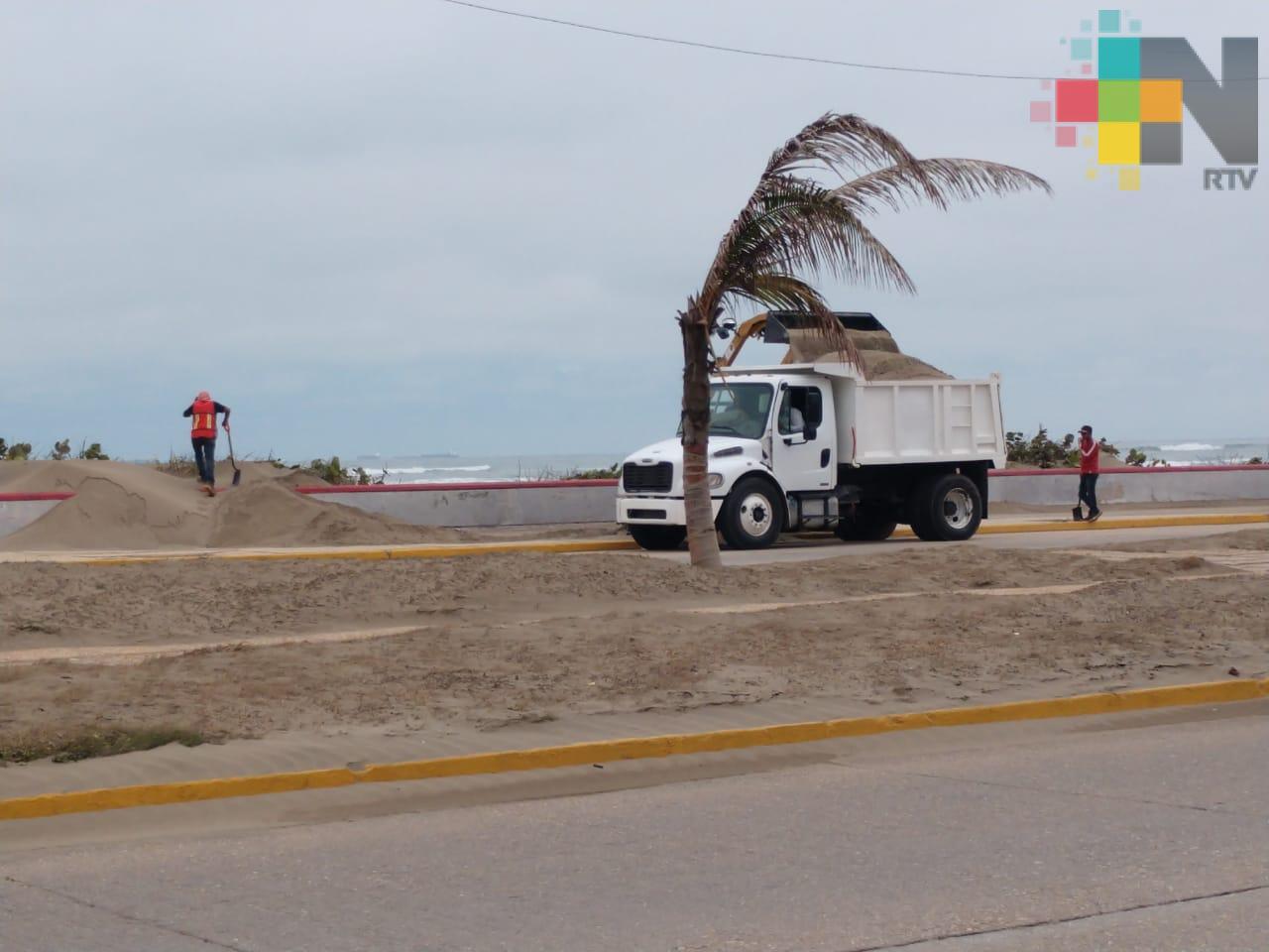 """Cierran malecón de Coatzacoalcos por montículos de arena ocasionados por evento de """"Norte"""""""