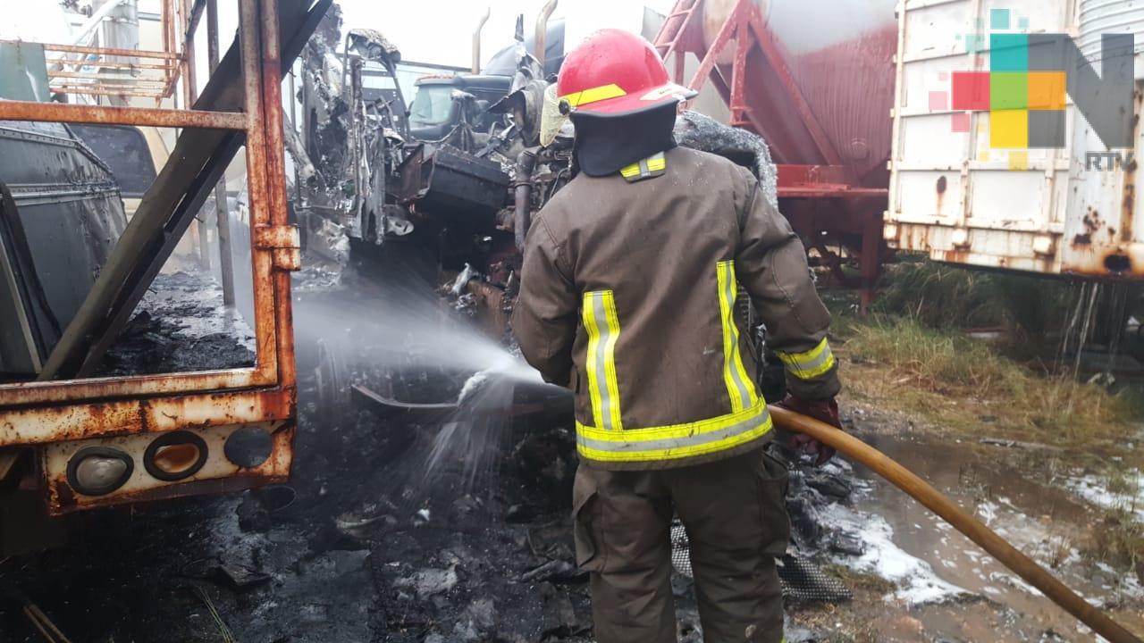 Incendio en corralón consume vehículos y deja una persona lesionada, en Coatzacoalcos