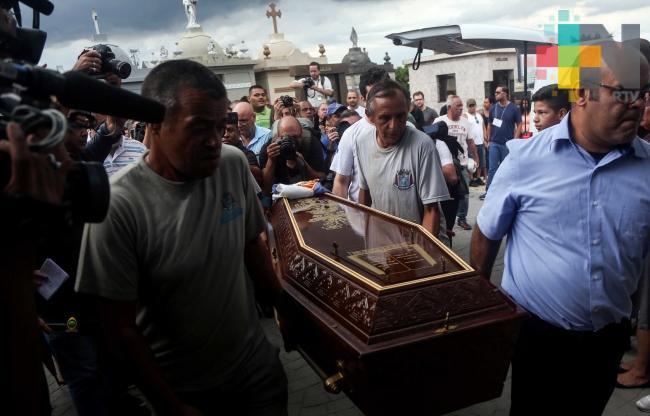Funeral colectivo para víctimas de matanza en escuela de Brasil