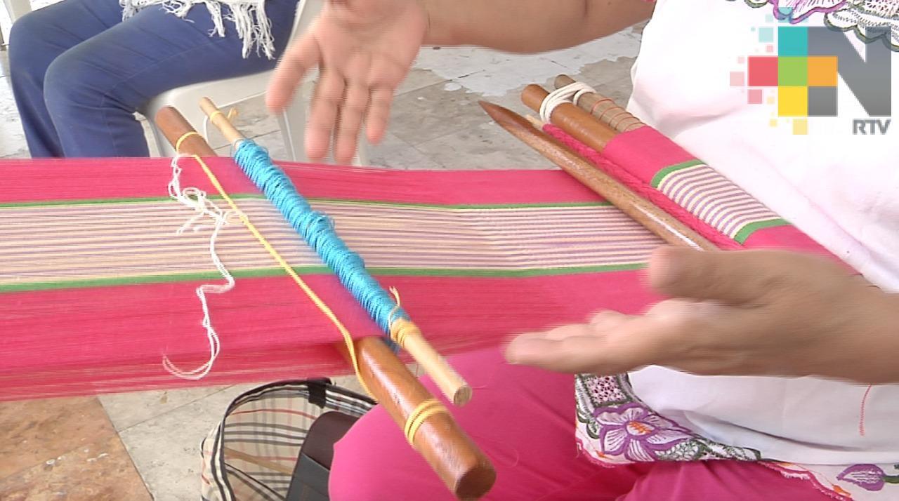 Mujeres de Coatzacoalcos practican telar de cintura