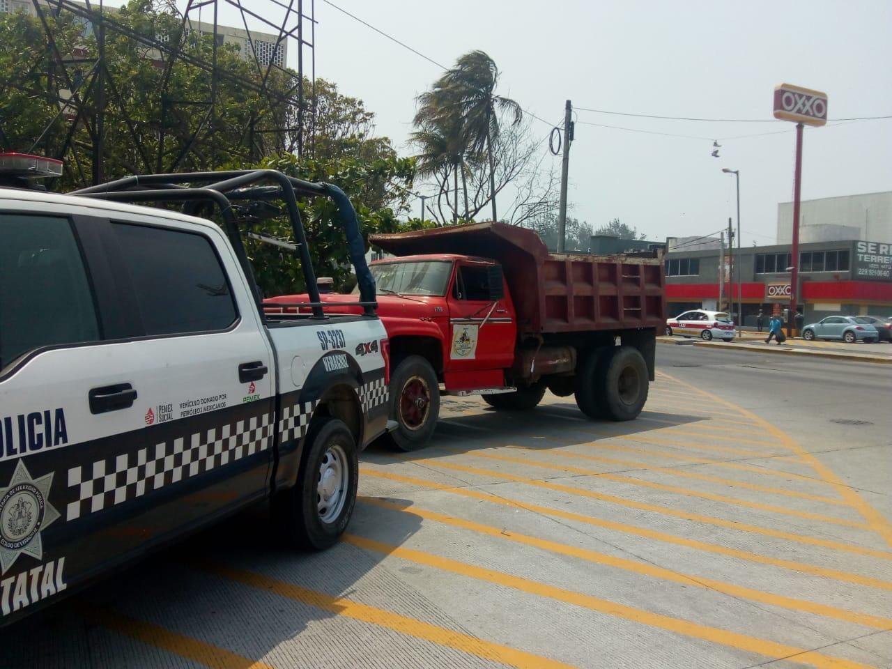 Asegura policía vehículos robados y detiene a una persona