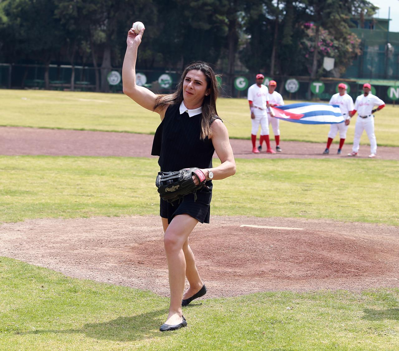 Ana Guevara calentando el brazo