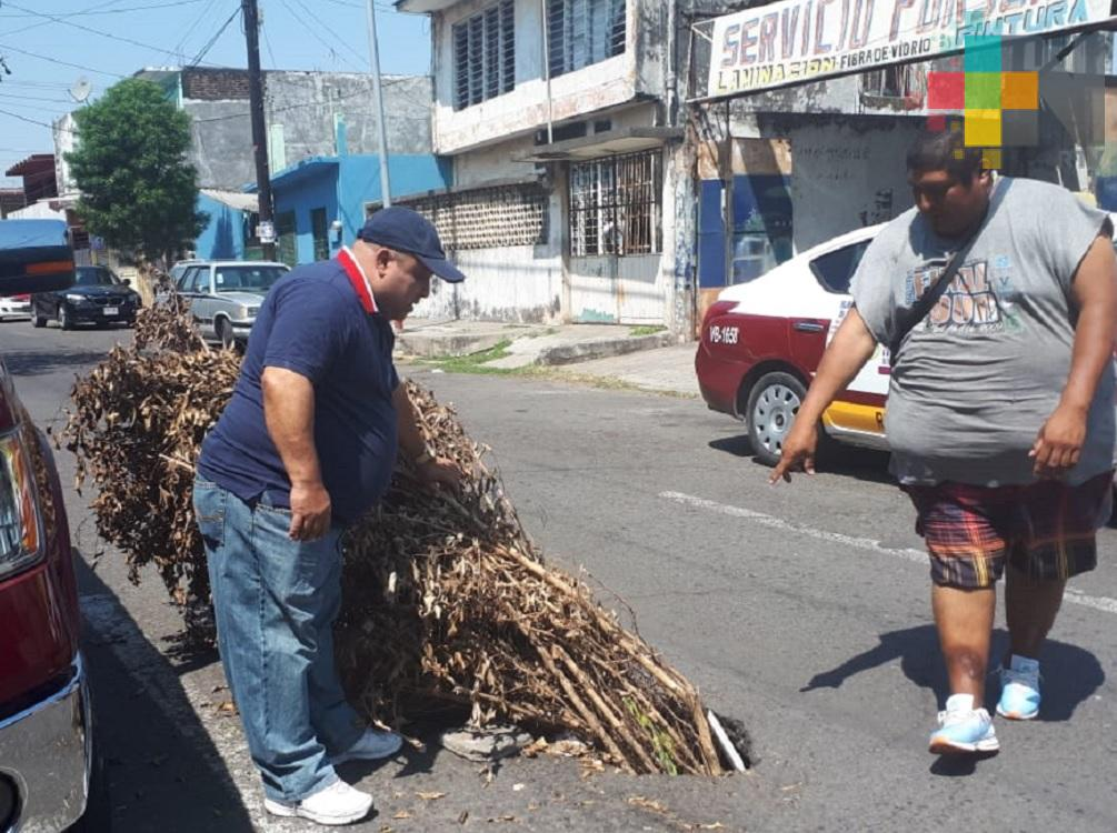 Denuncian hundimiento en calles de Veracruz puerto; piden a las autoridades reparen daño