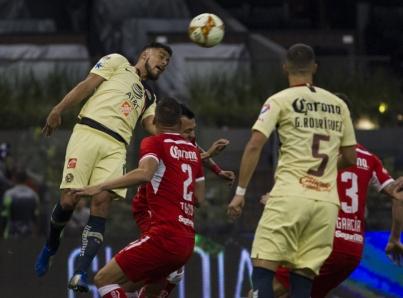 Toluca remonta para vencer 3-2 al América y sueña con Liguilla