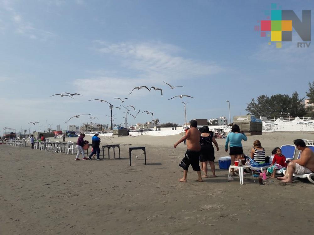 A pesar del ligero viento, turistas disfrutan playas de Boca del Río