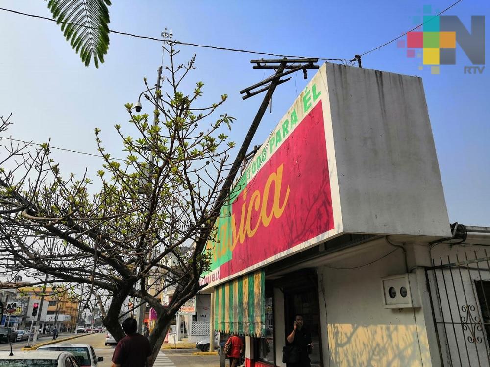 Vecinos reportan poste caído sobre tienda comercial de Coatzacoalcos