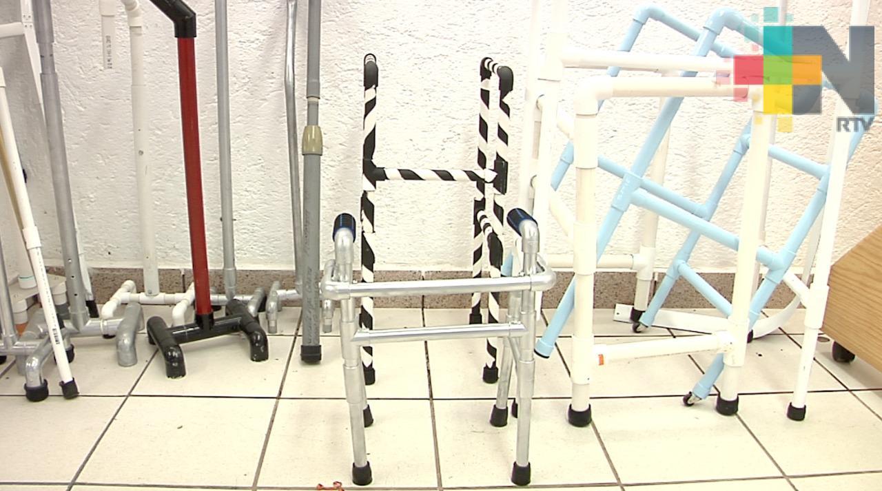 Con material reciclable estudiantes construyen andaderas, bastones y muletas