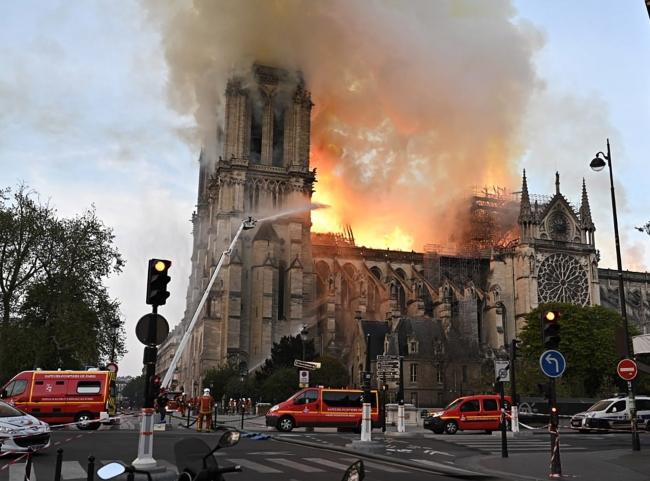 Reconocen empleados que fumaban cuando trabajaban en Notre Dame