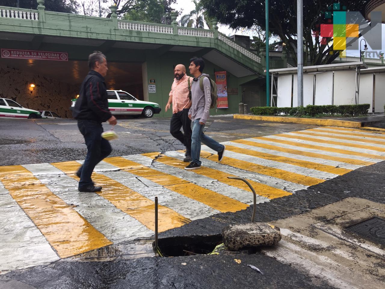 Reportan un hoyo en la calle Úrsulo Galván, en el centro de Xalapa