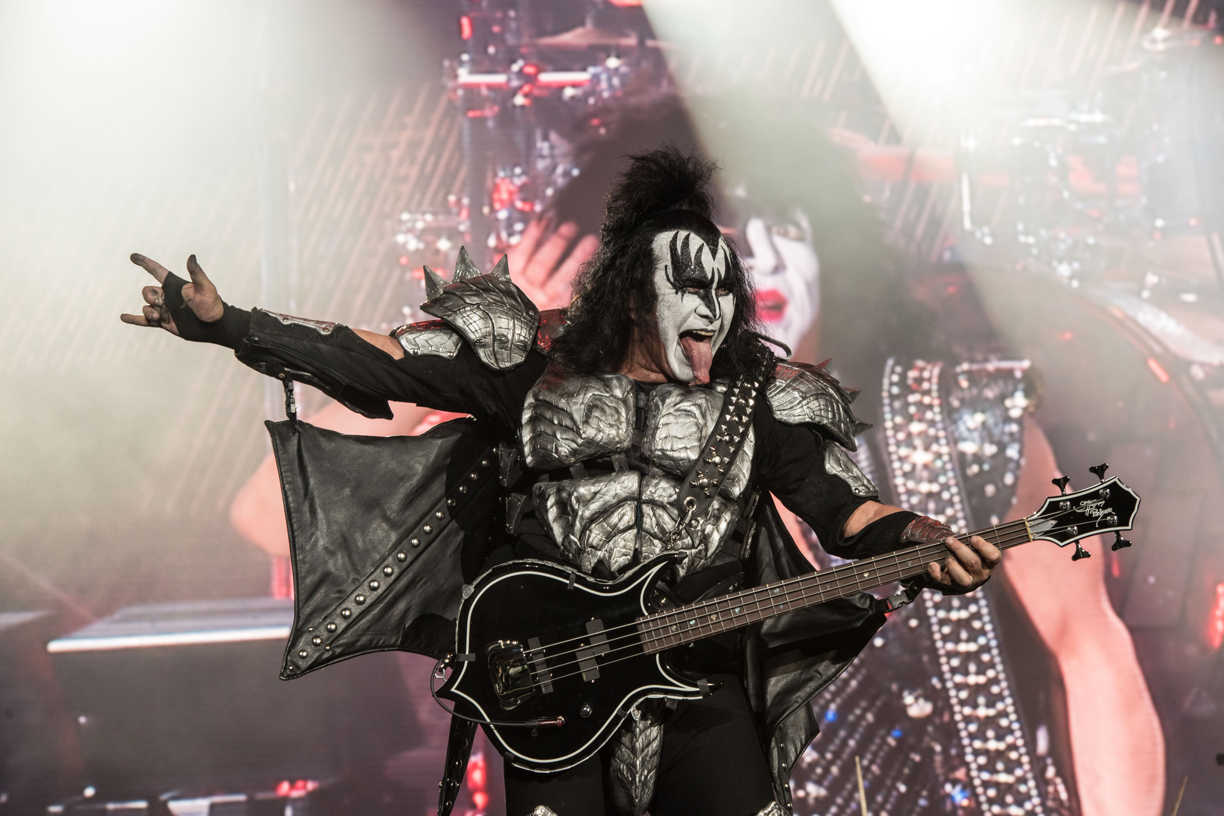 Kiss domina y hace gritar a 60 mil fans en la capital mexicana