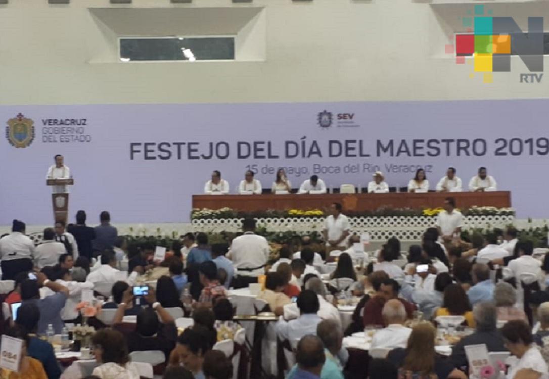 Gobierno de Veracruz reconoce labor de docentes con 30 y 40 años de servicio
