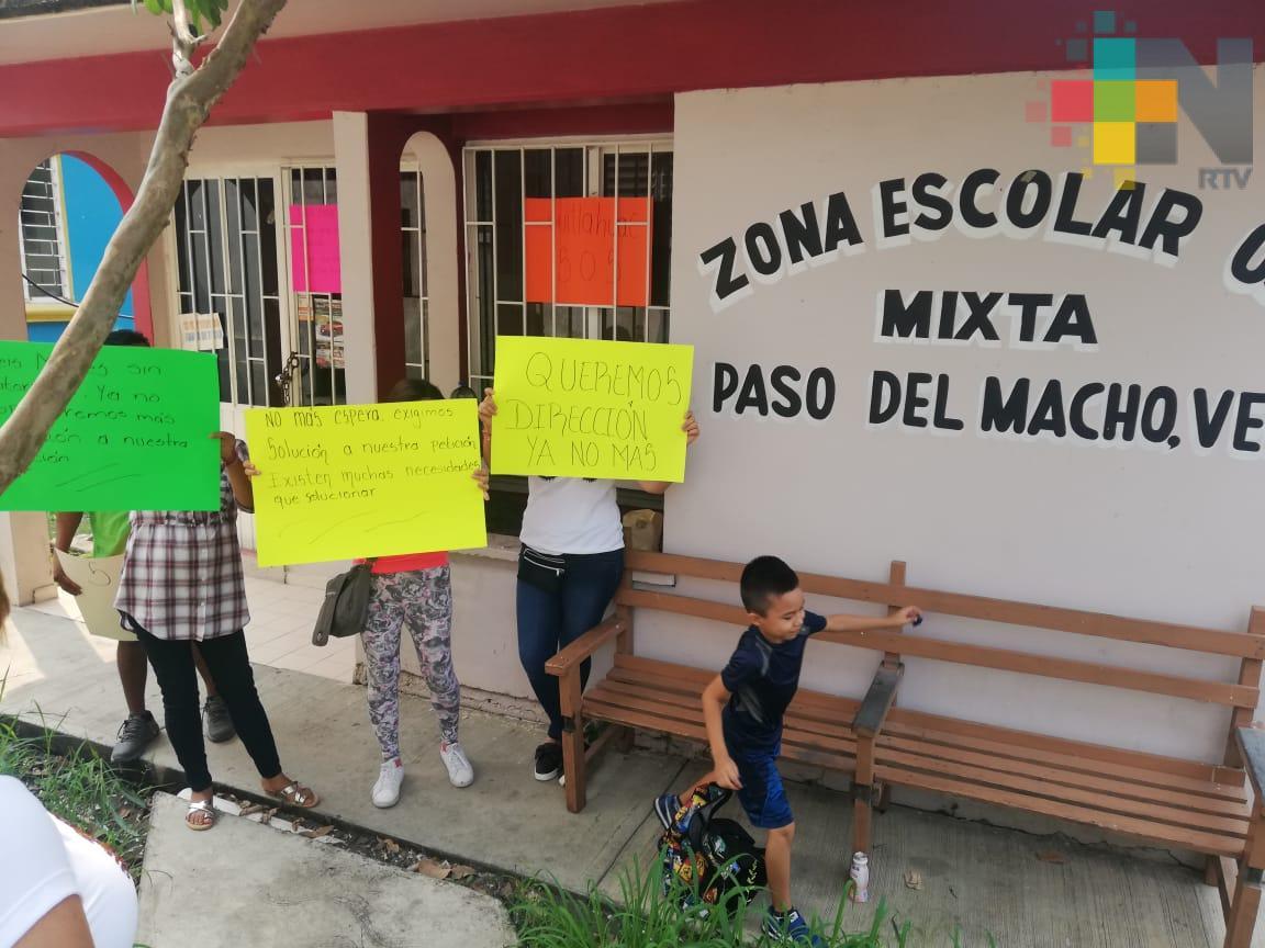 Padres de familia toman supervisión escolar de Paso del Macho; piden un director