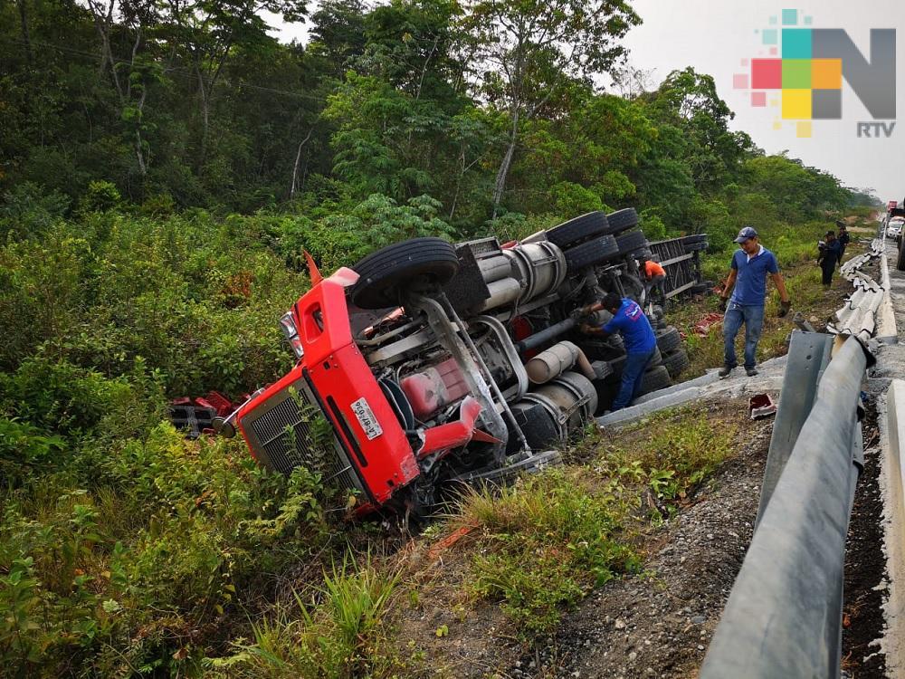 Tráiler de empresa refresquera vuelca sobre carretera Las Choapas – Raudales