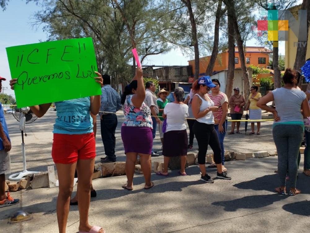 Bloquean avenida en Coatzacoalcos, piden a CFE repare fallas en servicio de luz