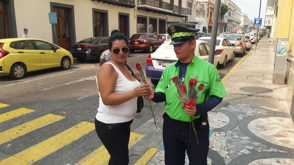 Por el Día de las Madres, empresa de parquímetros regaló rosas a mamás