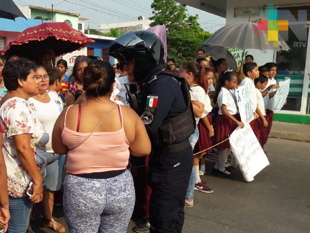 Continúa escuela del municipio de Veracruz sin luz; padres de familia bloquean avenida
