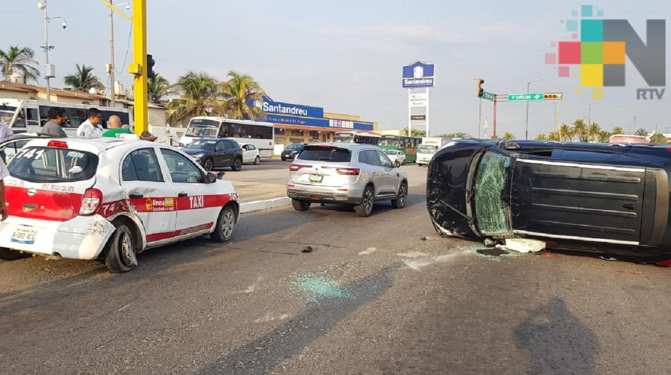Por exceso de velocidad, camioneta termina volcada tras impactarse con taxi