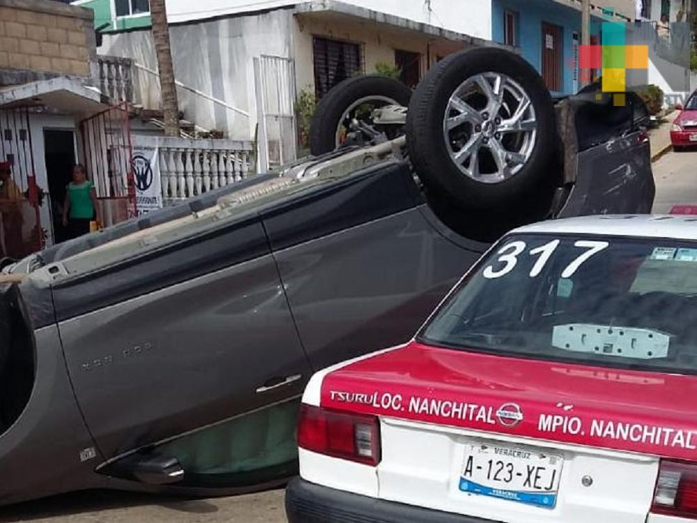 Dos lesionados y una camioneta volcada saldo de accidente vial en colonia de Coatzacoalcos