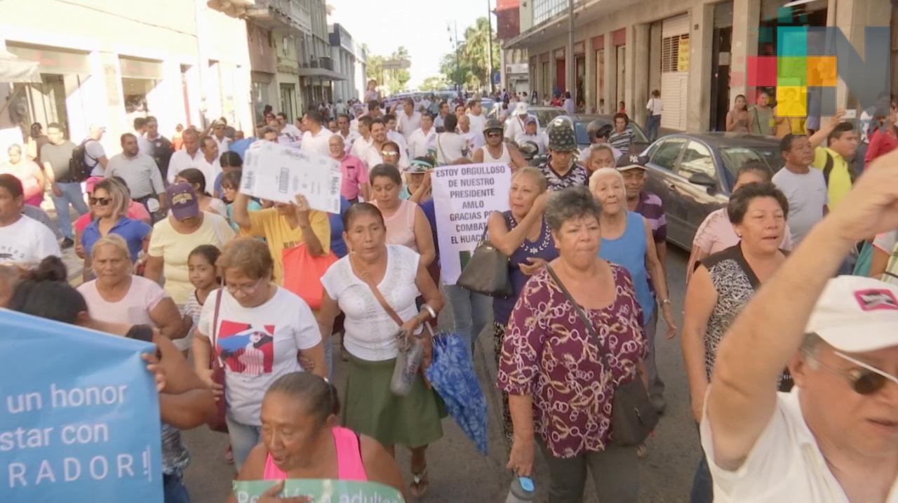 Marchan en el puerto de Veracruz a favor de las acciones del presidente López Obrador