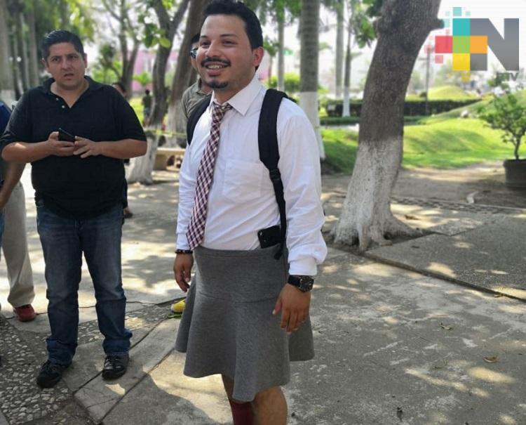 En Coatzacoalcos, universitario asiste a clases con falda