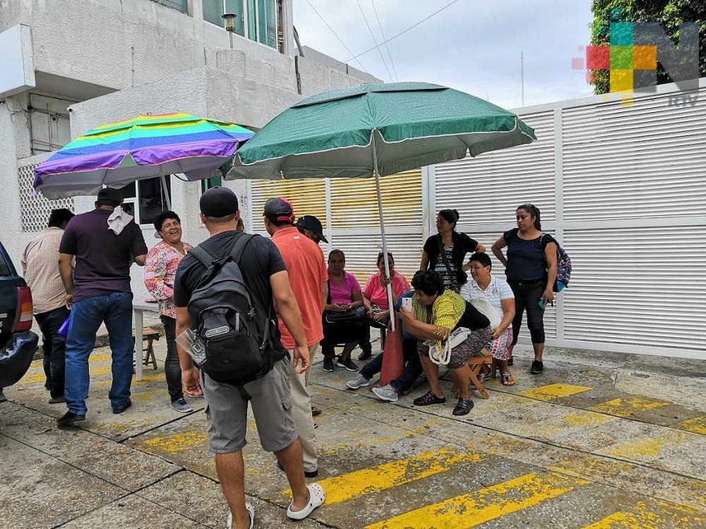 Vecinos de colonias de Coatzacoalcos toman oficinas de CFE; piden cambio de transformador