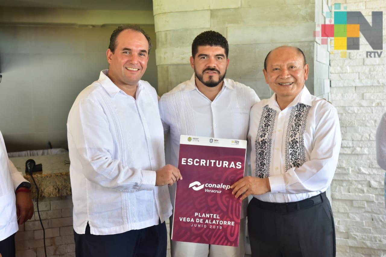 Entrega Gobierno Estatal escrituras para CONALEP en Vega de Alatorre
