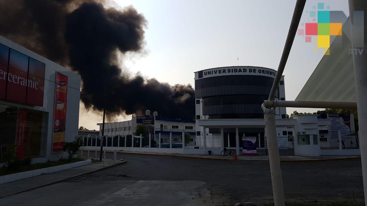Incendio en la carretera Poza Rica-Cazones provocó evacuación en escuelas