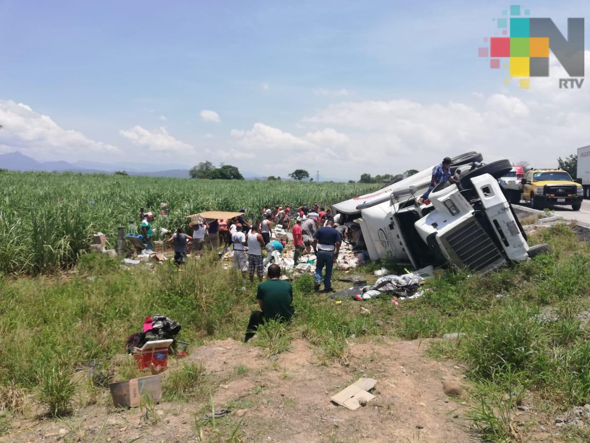 Rapiña por volcadura de tráiler en la autopista Córdoba-Veracruz