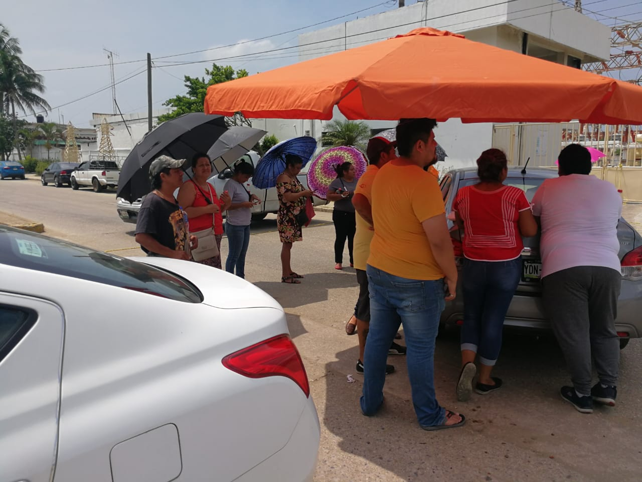 Por falta de energía eléctrica en sus domicilios, colonos bloquean avenida
