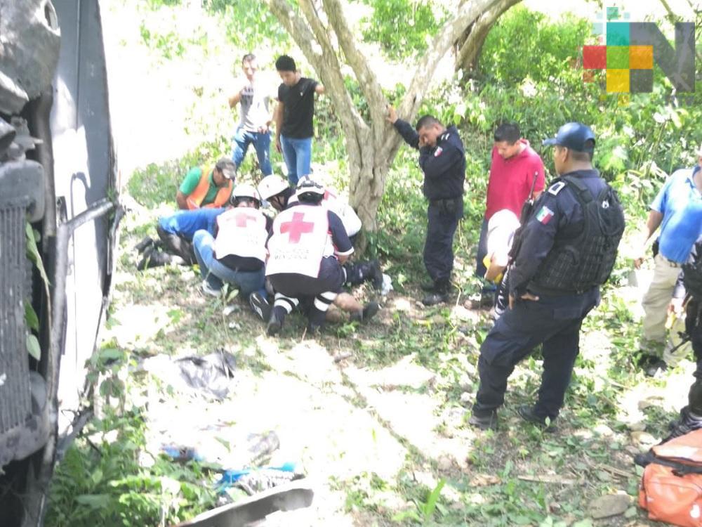 Autobús de pasajeros cae a una altura de metros, reportan 11 lesionados