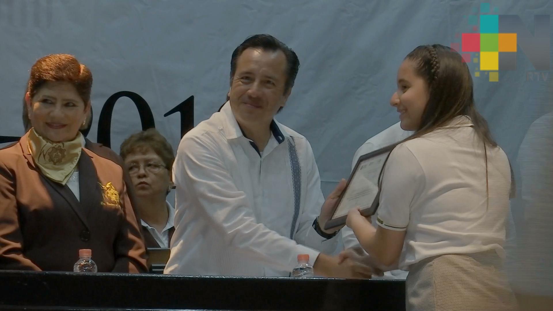 Entrega gobernador Cuitláhuac García diplomas y reconocimientos a estudiantes destacados