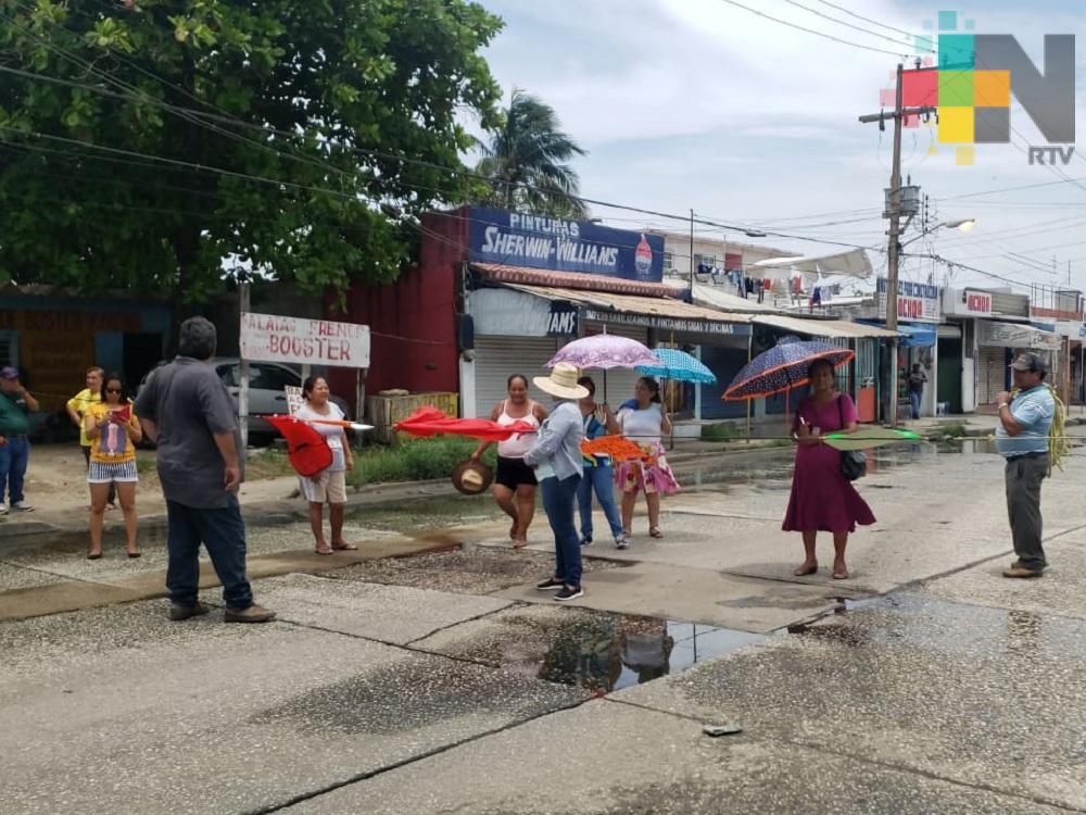 Vecinos bloquean calle de Coatzacoalcos, piden resuelvan problema de aguas negras