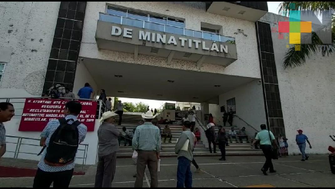 Protestan campesinos y bloquean entrada a palacio municipal de Minatitlán