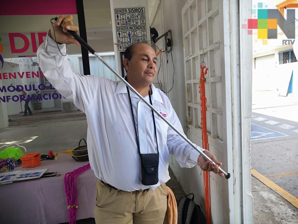 Maestro de manualidades invidente en Coatzacoalcos