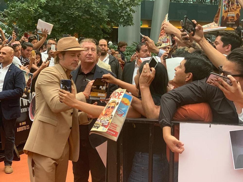 Actor Brad Pitt reparte abrazos, autógrafos y selfies a fans mexicanos