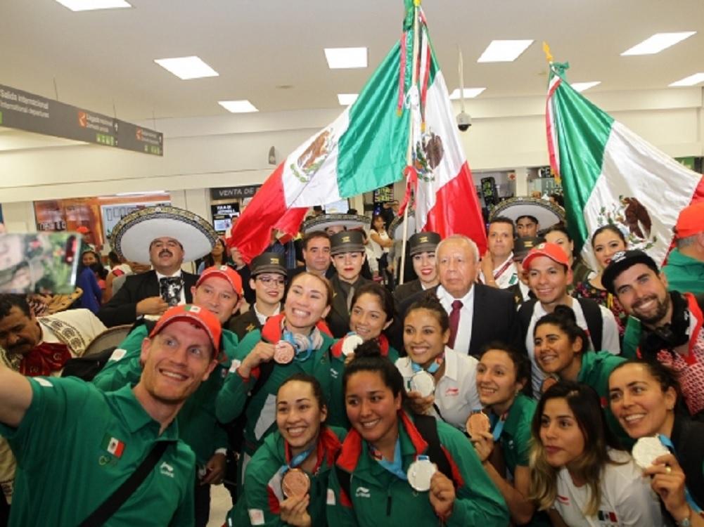 """Al coro de """"¡México, México!"""" y más mariachi reciben a deportistas"""